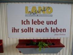 """""""Ich lebe und ihr sollt auch Leben""""-Schild am neuen Bauwagen"""