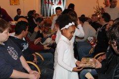 Kinder überreichen Geschenke an Heiligabend